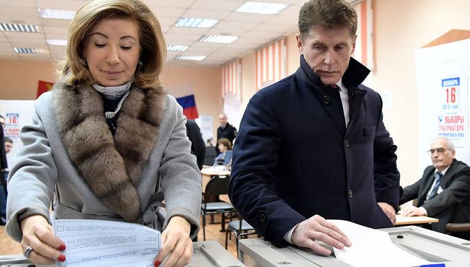 Кандидат на должность губернатора Приморского края Олег Кожемяко и его супруга Ирина Герасименко во время голосования на избирательном участке №727, 16 декабря 2018 года