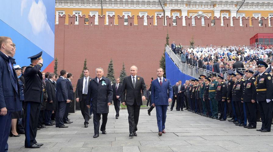 Бывший президент Казахстана, глава Совета безопасности страны Нурсултан Назарбаев, президент России Владимир Путин и премьер-министр Дмитрий Медведев перед началом военного парада Победы 9 мая 2019 года