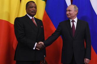 Президент РФ Владимир Путин и президент Республики Конго Дени Сассу-Нгессо на церемонии подписания документов по итогам встречи