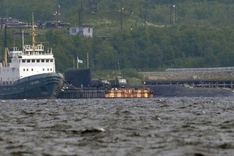 Спасательный буксир Северного флота (слева) и АПЛ спецназначения проекта 09787 «Подмосковье», носитель атомной глубоководной станции (АГС) проекта 10831 (справа) на одной из баз Северного флота, 3 июля 2019 года