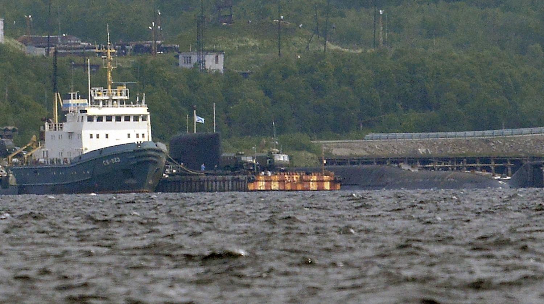 Спасательный буксир Северного флота (слева) и АПЛ спецназначения проекта 09786...