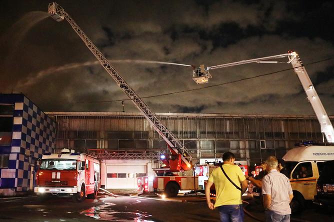 Оперативные службы на месте пожара в коммерческом здании в Медведково, 17 августа 2017 года