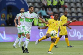 Одна из главных звезд Кубка Африки алжирец Рияд Марез (слева) против зимбабвийца Дэнни Фири