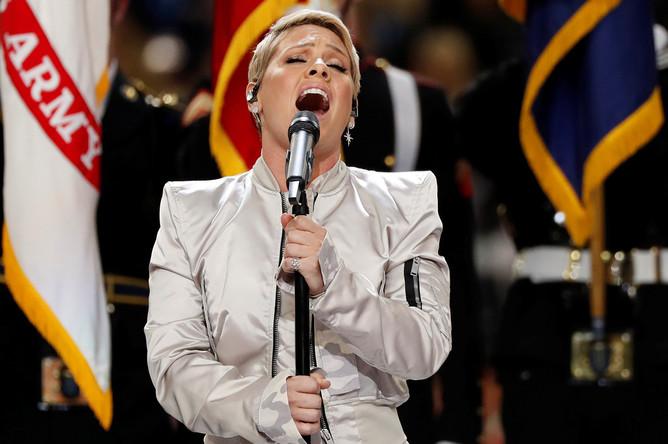 Певица Пинк исполняет гимн США перед Супербоулом