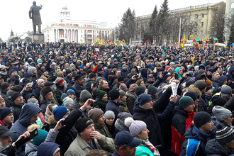 Жители Кемерово во время акции в память о погибших при пожаре в ТЦ «Зимняя вишня», 27 марта 2018 года
