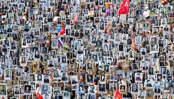 Владивосток. Участники акции памяти «Бессмертный полк» во время шествия в День Победы, 9...