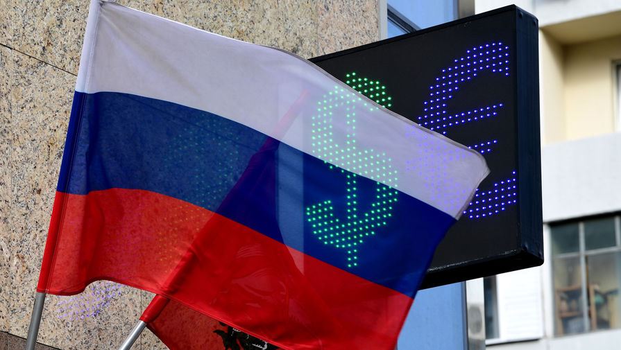 Рубль незначительно растет к доллару и евро