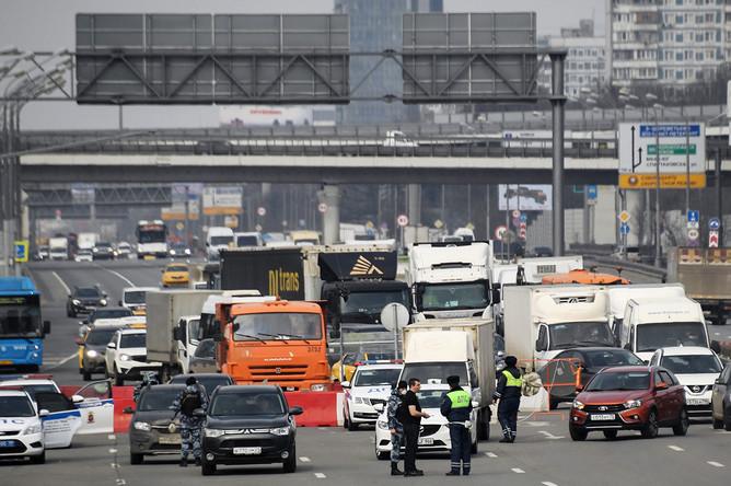 Машины на блокпосту на Ленинградском шоссе на въезде в Москву, 13 апреля 2020 года