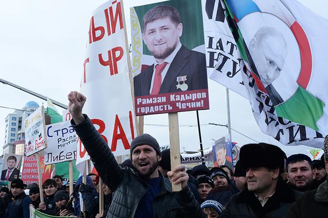 Участники митинга «В единстве наша сила» в поддержку главы Чечни Рамзана Кадырова на площади перед мечетью имени Ахмата Кадырова в Грозном
