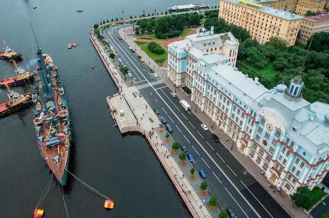 Корабль-музей крейсер первого ранга «Аврора» прибыл на постоянную стоянку у Петроградской набережной в Санкт-Петербурге