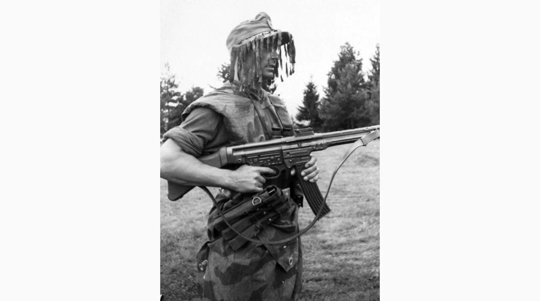 Достаточно взглянуть на StG 44 в руках немецкого солдата Второй мировой, чтобы понять – это значительно более крупное, тяжелое и неудобное оружие, чем АК-47