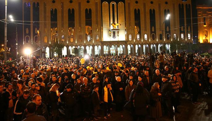 Участники антиправительственной демонстрации около здания грузинского парламента в Тбилиси, 14 ноября 2019 года