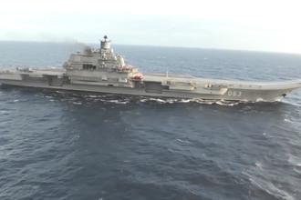 Тяжелый авианесущий крейсер «Адмирал Флота Советского Союза Кузнецов» у берегов Сирии в Средиземном море. Крейсер «Адмирал Кузнецов» и СКР «Адмирал Григорович» впервые задействованы в операции в Сирии