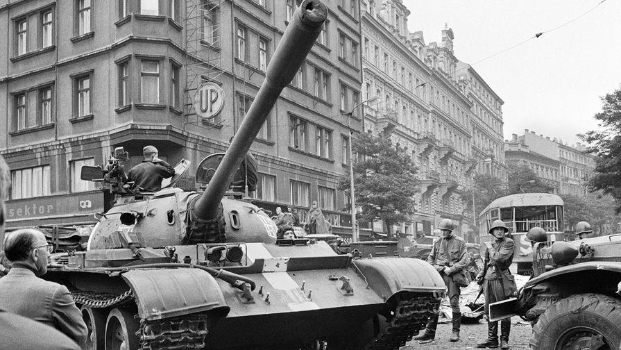 «Пражская весна» в Чехословакии. Советские танки на улицах Праги, 1968 год