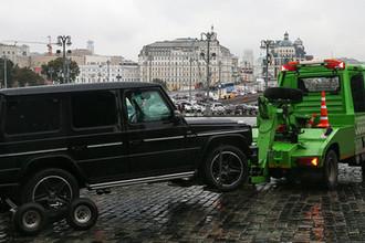 Эвакуация автомобиля Mercedes, владелец которого въехал на Васильевский спуск с угрозами взорвать транспортное средство, 3 октября 2018 года