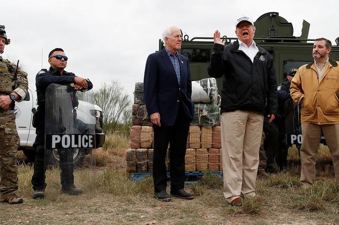 Президент США Дональд Трамп, сенаторы США от штата Техас Джон Корнин и Тед Круз на границе США и Мексики