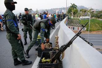 Военнослужащие на мосту около авиабазы в Каракасе, 30 апреля 2019 года
