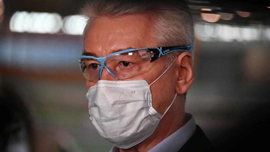 Мэр Москвы Сергей Собянин во время посещения павильона №75 на ВДНХ, где идут монтажные работы по переоборудованию во временный госпиталь для лечения больных коронавирусом, 7 мая 2020 года