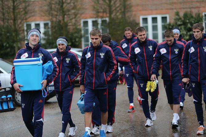 Футболисты на пути на тренировку