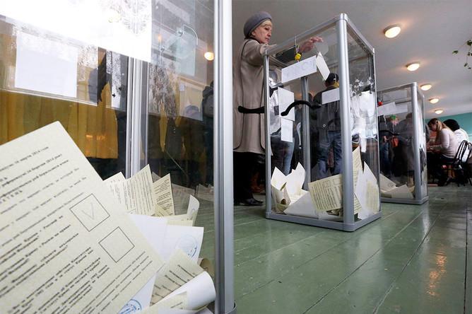 Голосование на одном из избирательных участков во время референдума о статусе Крыма в Бахчисарае