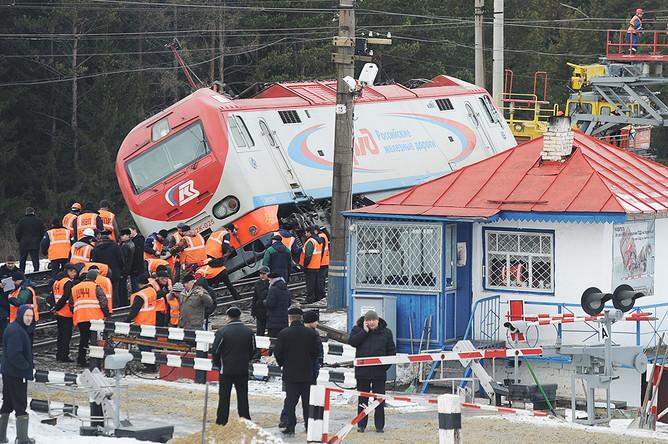 Рабочие на месте столкновения скорого поезда №99 сообщением Владивосток — Москва с электровозом на Урале