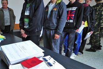 Призывники на военно-врачебной комиссии в Приморском краевом сборном пункте