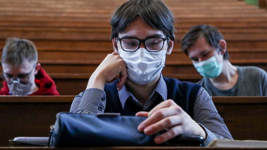 Студенты в защитных масках во время лекции в аудитории Московского государственного университета имени М. В. Ломоносова, 8 февраля 2021 год