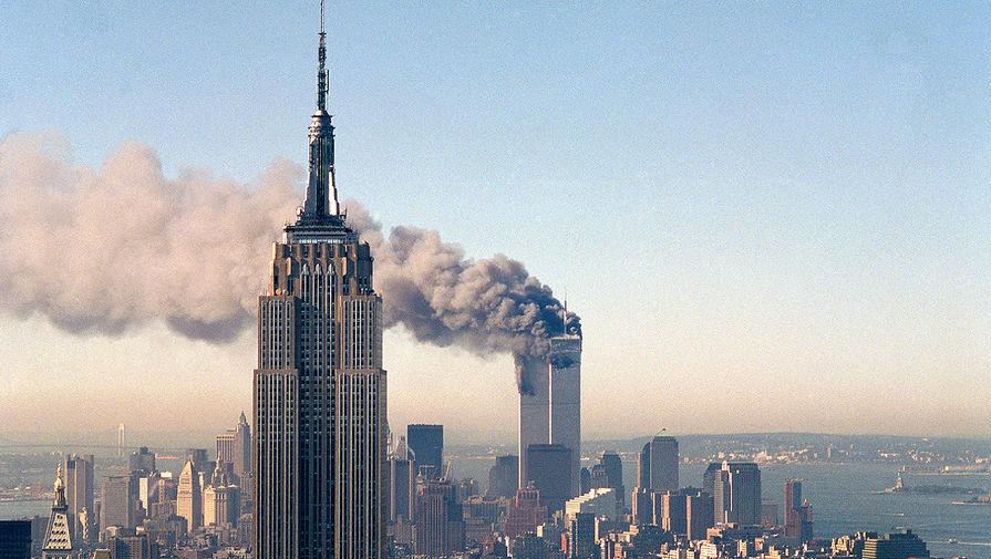 До открытия Северной башни Всемирного торгового центра в 1972 году Эмпайр-стейт-билдинг был самым высоким сооружением Нью-Йорка. После разрушения башен-близнецов в результате теракта в 2001 году небоскреб вернул себе этого звание и владел им до 2012-го. На фото: пожар в башнях-близнецах Всемирного торгового центра за зданием Эмпайр-стейт-билдинг после теракта 11 сентября 2001 года
