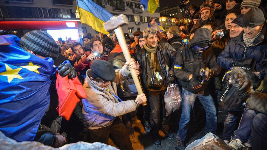 Участники акции в поддержку евроинтеграции Украины раскалывают молотками на куски памятник Ленину...