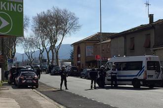 Ситуация у супермаркета Super U в округе Каркасон на юге Франции, где вооруженный человек захватил заложников, 23 марта 2018 года