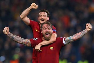 Капитан и вице-капитан «Ромы» Даниэле Де Росси (на переднем плане) и Алессандро Флоренци празднуют сенсационную победу над «Барселоной»