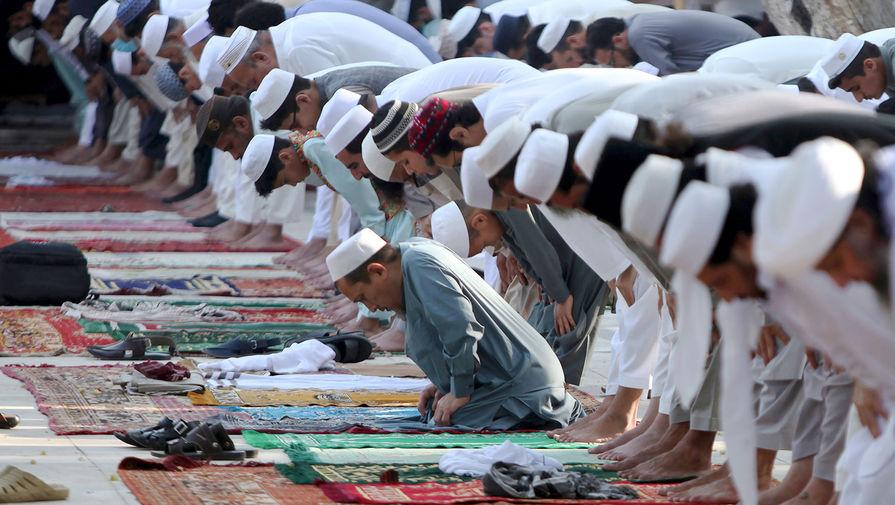 Мусульмане совершают молитву в день праздника Ураза-байрам на площади в Пешаваре, Пакистан, 24 мая 2020 года