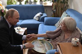 Президент России Владимир Путин и глава Московской Хельсинкской группы Людмила Алексеева во время встречи в ее квартире на Арбате, 20 июля 2017 года