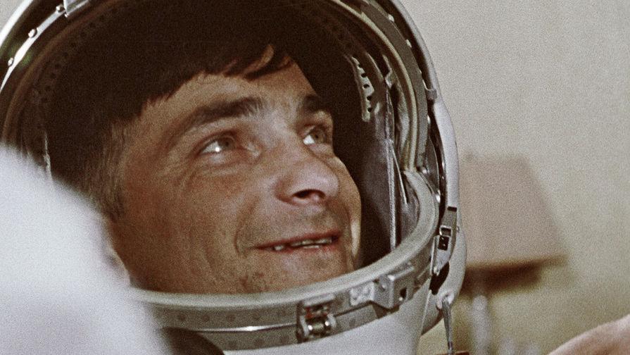 Космонавт Валерий Быковский перед стартом, 1963 год