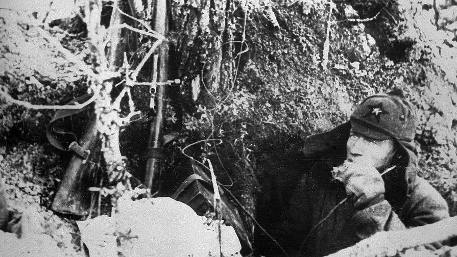 Советско-финская война. Боец Красной Армии в окопе. Карелия, 1939 год