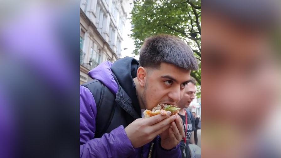 Пранкер из TikTok съел бургер перед демонстрацией веганов и его назвали жалким