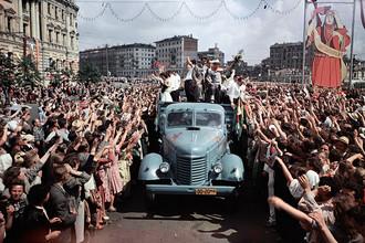 VI Всемирный фестиваль молодежи и студентов в Москве. Москвичи встречают гостей из Южной Америки, 1957 год