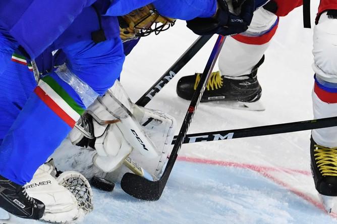 Игровой момент в матче группового этапа чемпионата мира по хоккею 2017 между сборными командами Италии и России.