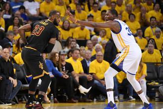 Кевин Дюрант (справа) превзошел Леброна Джеймса в финальной серии НБА