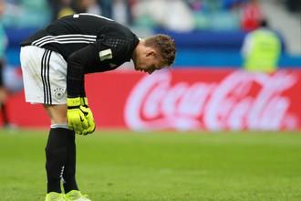 Вратарь сборной Германии Бернд Лено переживает из-за гола во время матча Кубка конфедераций – 2017 против команды Австралии