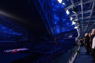 Президент России Владимир Путин и президент Международного олимпийского комитета Томас Бах (справа налево) на церемонии открытия зимних Олимпийских игр в Сочи