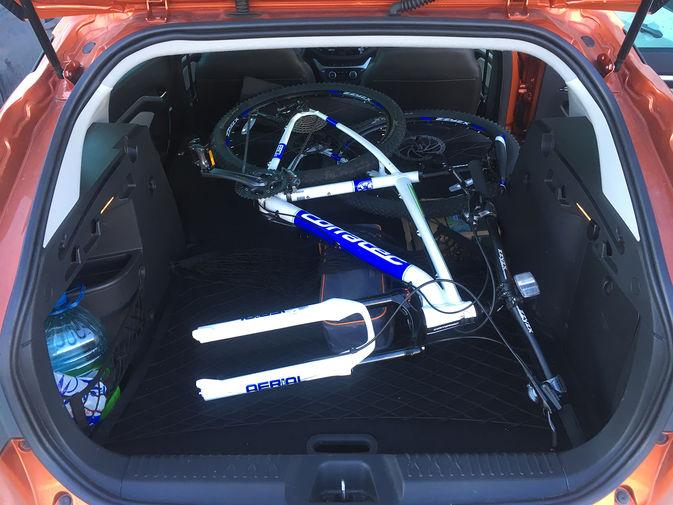 Сложив задние сидения без проблем удалось загрузить в машину велосипед. И влезло бы еще три