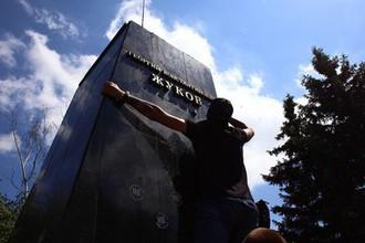 Представители националистических организаций сбивают надпись под бюстом маршала Георгия Жукова в Харькове возле Дворца спорта. Националисты повалили бюст с постамента с помощью троса и установили взамен него флаг Украины, 2 июня 2019 года