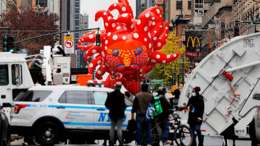 Полицейское оцепление во время традиционного парада Macy's на День благодарения в Нью-Йорке, 27 ноября 2020 года