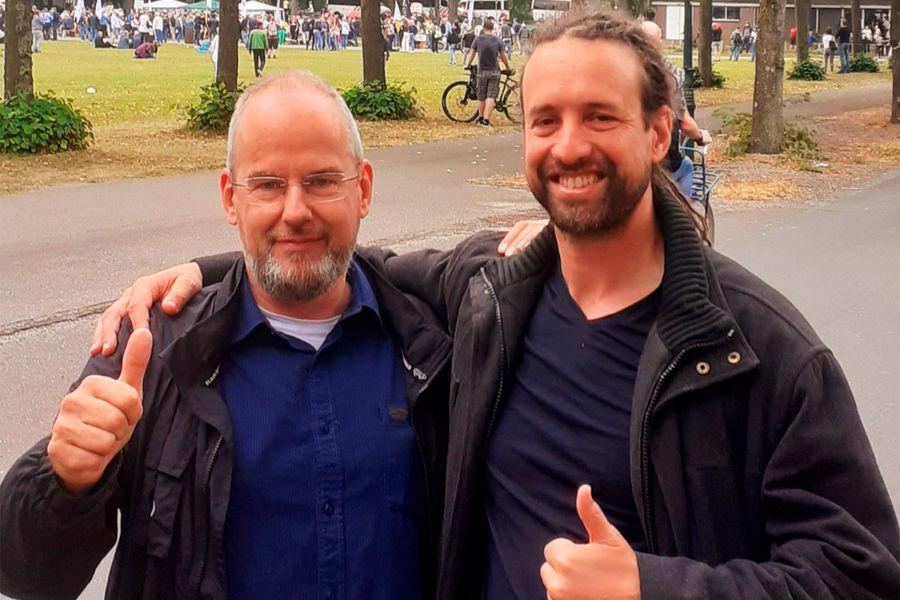 Член городского совета Гааги Арнауд ван Доорн, подозреваемый впокушении напремьер-министра Нидерландов (слева)