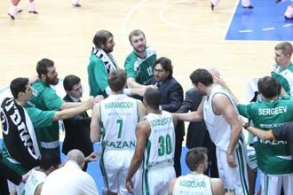Баскетболисты УНИКСа получают наставления от Андреа Тринкьери
