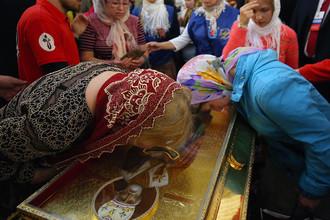 Ковчег с частицей мощей святителя Николая Чудотворца во время литургии в Свято-Троицком соборе Александро-Невской лавры в Санкт-Петербурге, 13 июля 2017 года
