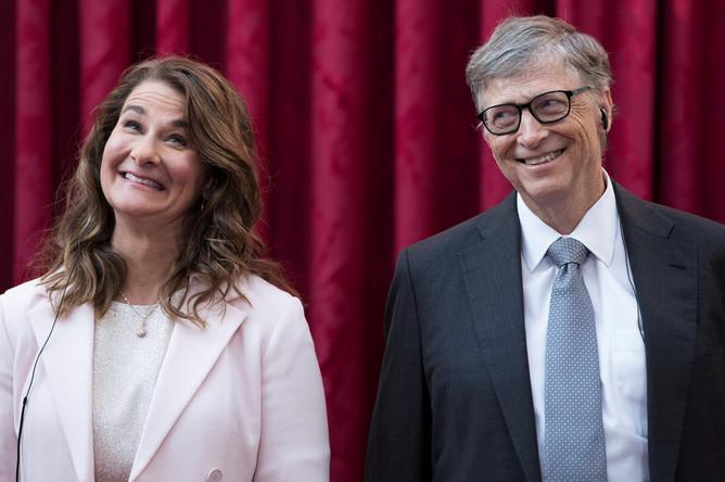 Сооснователь Microsoft Билл Гейтс и его супруга Мелинда перед торжественной церемонией в Елисейском дворце в Париже, 2017 год