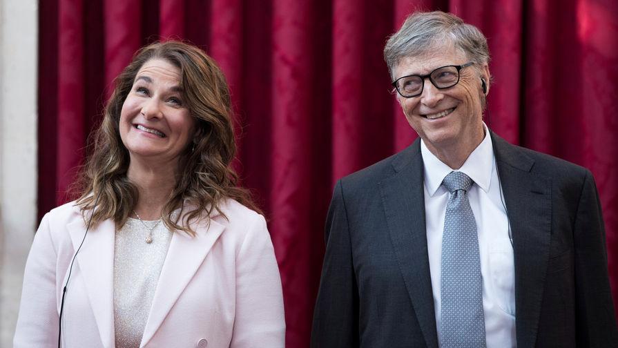 Сооснователь Microsoft Билл Гейтс и его супруга Мелинда перед торжественной церемонией в Елисейском...