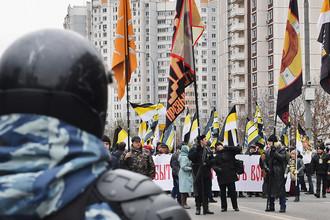 Сотрудник ОМОНа и участники акции «Русский марш» в Москве